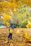 Herbst und kleines Mädchen Lizenzfreies Stockfoto