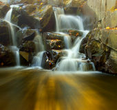Herbst und Wasserfall Lizenzfreie Stockfotografie