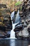 Herbst-Wasserfall im Berg lizenzfreie stockfotografie