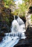 Herbst-Wasserfall im Berg Lizenzfreies Stockbild