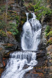Herbst-Wasserfall im Berg Stockfotos