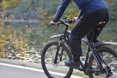 Herbst Weg auf dem Fahrrad im Park nahe dem See stockbilder