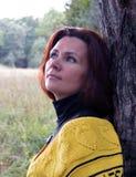 Herbst zufällige lächelnde im Freien Haarperson der vorbildlichen grünen des Sommergesichtes der Brunettemode hübschen netten Haa Lizenzfreies Stockfoto