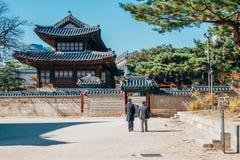 Herbstahorn und koreanische traditionelle Architektur an Deoksugungs-Palast in Seoul, Korea Lizenzfreie Stockfotografie