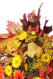 Herbstanordnung für die Blumen, Gemüse und Früchte an lokalisiert Lizenzfreie Stockfotos