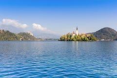 Herbstansicht über Bled See mit Pilgerfahrt-Kirche des Assumptio stockfoto