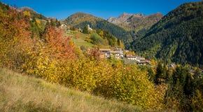 Herbstansicht über das Tal des mocheni, trentino Alto Adige Stockfoto