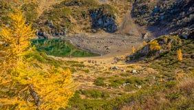 Herbstansicht über den kleinen See von Erdemolo in Val-dei Mocheni in Trentino Alto Adige Lizenzfreies Stockbild