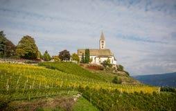 Herbstansicht der Kirche des idyllischen Dorfs von Cortaccia Cortaccia verlängert auf der Sonnenseite der Weinstraße Süd-Tirol, stockfotografie