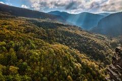 Herbstansicht an der Spitze der Berge Stockbilder