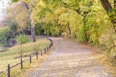 Herbstansicht der Spur auf dem Flussufer stockfoto