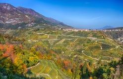 Herbstansicht der Stadt von Tuenno auf dem Hintergrund in Val di Non, in Trentino Alto Adige, Trento-Provinz, Italien stockfoto