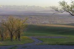 Herbstansicht des Dorfs auf dem Hintergrund der Berge stockbilder