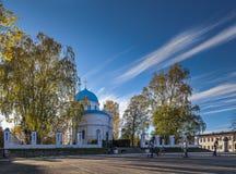 Herbstansicht des orthodoxen Tempels u. des x28; Russisches church& x29; in der russischen Stadt Stockbild