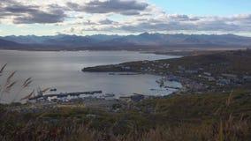 Herbstansicht des Seehafens von Petropawlowsk--Kamchatskystadt stock video footage