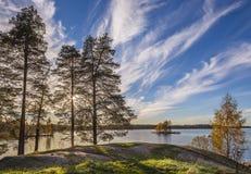 Herbstansicht von Fluss, von Felsen und von Bäumen Stockbilder