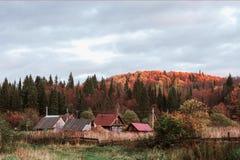 Herbstansichtdorf, nördlich von Russland, im Licht der Sonnenuntergang Stockbilder