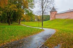 Herbstarchitekturlandschaft - Festungsturm Novgorod der Kreml im regnerischen Herbstwetter in Veliky Novgorod, Russland Lizenzfreies Stockfoto