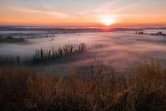 Herbstatmosphäre Trockenes Gras im Vordergrund Kalter Nebel im Tal Die Schönheit der Natur bei Sonnenaufgang lizenzfreie stockbilder