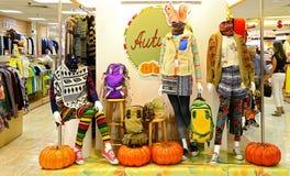 Herbstausstattungen für Damen Stockfotos