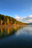 Herbstbäume entlang Seeufer Lizenzfreie Stockfotos