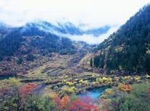 Herbstbaum und -see in Jiuzhaigou Lizenzfreies Stockbild