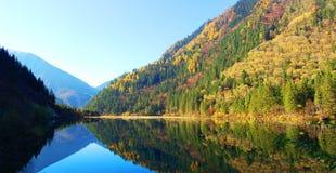 Herbstbaumberg und -see Stockbild