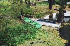 Herbstbild mit zwei Booten auf einem Teich Stockfotos