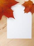 Herbstblätter auf Blatt Papier Lizenzfreie Stockfotos