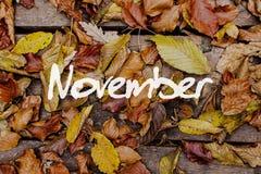 Herbstblätter auf hölzernem Hintergrund November-Konzept-Tapete Stockfotografie