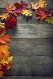 Herbstblatt auf hölzernem Hintergrund (Draufsicht) Lizenzfreies Stockfoto