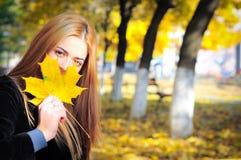 Herbstblattmädchen Lizenzfreies Stockbild
