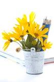 Herbstblumen mit Buch und Bleistiften Lizenzfreie Stockbilder