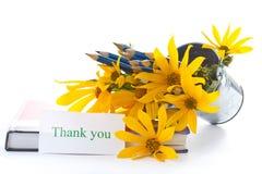 Herbstblumen mit Buch und Bleistiften Stockbilder