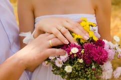 Herbstblumenstrauß in den Händen Stockfoto