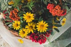 Herbstblumenstrauß mit Gartenblumen und Niederlassungen der Eberesche Lizenzfreies Stockfoto
