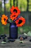 Herbstblumenstrauß mit orange Sonnenblumen auf einer rustikalen Tabelle Lizenzfreies Stockbild