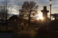 Herbstboulevard des Sonnenuntergangs im November lizenzfreie stockfotos
