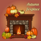 Herbstdekor, -kürbise und -kamin Stockfoto