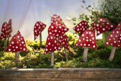 Herbstdekoration, Fliegenpilze oder Fliegenwulstling des Metalls auf einem Karpfen Stockbilder