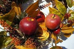 Herbstdekoration, Kranz, bunte Blätter, orange und gelb, Äpfel Lizenzfreies Stockfoto