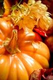 Herbstdekoration mit einem Kürbis Stockbild