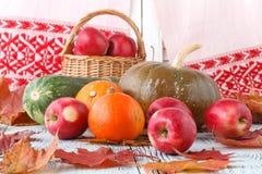 Herbstdekoration vereinbarte mit trockenen Blättern, Kürbisen und mehr Lizenzfreie Stockfotografie