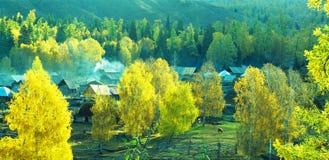Herbstdorfpanorama Baihaba, Xinjiang, Porzellan Lizenzfreies Stockbild