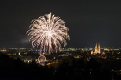 Herbstdult的烟花与弗累斯大转轮和大教堂的在雷根斯堡,德国 免版税库存照片