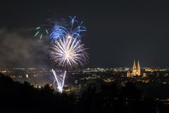 Herbstdult的烟花与弗累斯大转轮和大教堂的在雷根斯堡,德国 库存图片