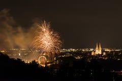 Herbstdult的烟花与弗累斯大转轮和大教堂的在雷根斯堡,德国 图库摄影