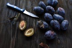 Herbsternte - Pflaume auf dem Tisch, Schnitt mit einem Messer Lizenzfreie Stockfotos