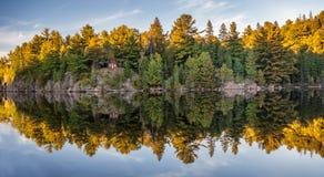 Herbstfallfarben, die im See sich reflektieren lizenzfreie stockfotos