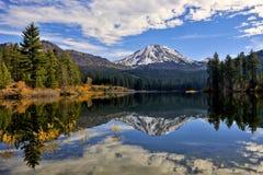 Herbstfarbe, Lassen-Spitze, vulkanischer Nationalpark Lassens lizenzfreie stockbilder